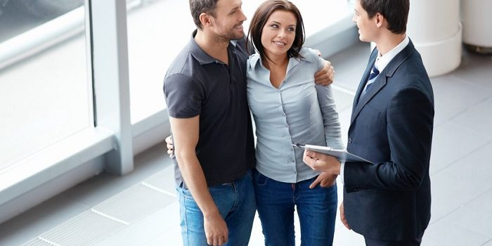 Couple_Talking_To_Salesman-700x350